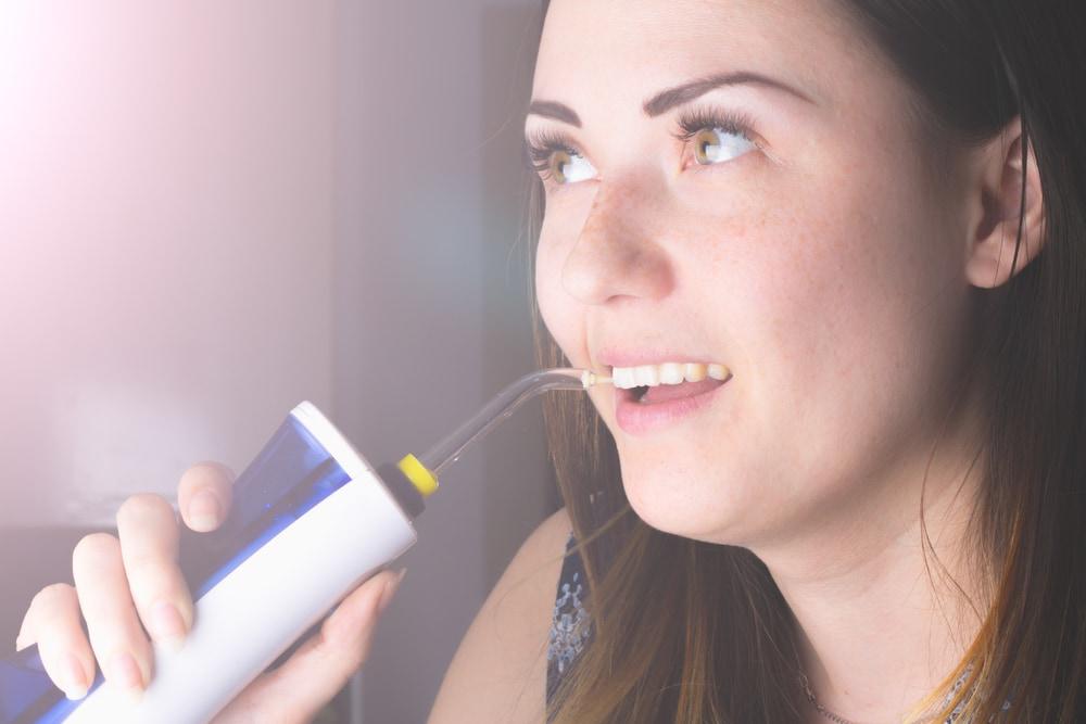 Wie verwendet man eine Munddusche richtig?